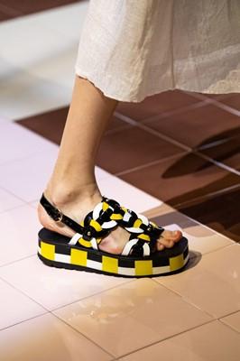 сандалии с ремешками